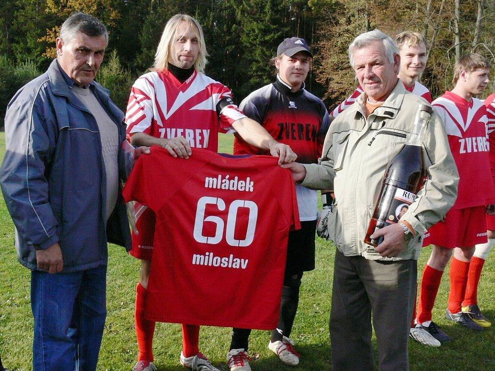 Předseda Sokola Plavsko Miloslav Mládek (vpravo)  s kapitánem mužstva Liborem Vránou a jednatelem klubu Stanislavem Landou.