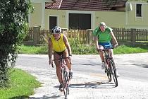 Účastníci triatlonu museli zdolat i 30 km v sedle kola.