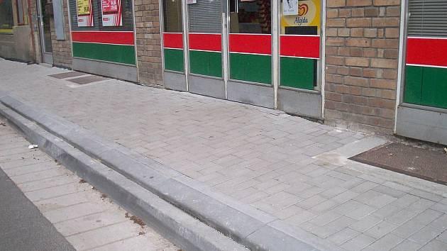 Pohled na kritizovaný chodník v Českých Velenicích.