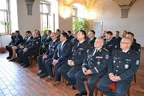 Celkem 27 policistů, policistek a občanských zaměstnanců z Jindřichohradecka převzalo ve čtvrtek 6. července medaile za příkladné plnění povinností, obětavost a dobré výsledky v refektáři Muzea fotografie a moderních obrazových médií.