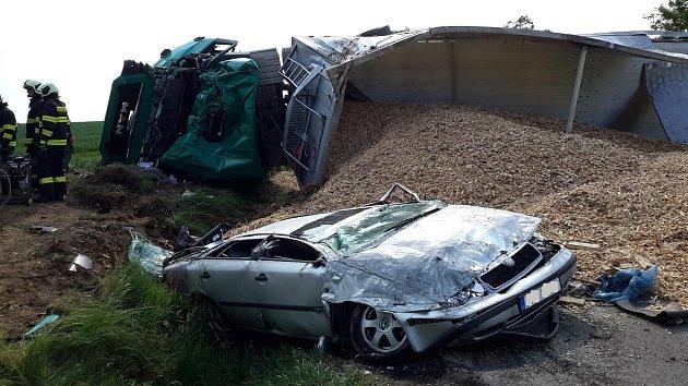 K tragické nehodě došlo v úterý 29. května mezi Štěpánovicemi a Třeboní. Po střetu s nákladním vozidlem zemřela řidička osobního vozu Hyundai. Řidič škodovky byl se zraněním odvezen k ošetření do nemocnice.