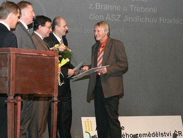 V prestižní soutěži Farma roku 2007 získala farma Václava Smolíka z Branné  u Třeboně (vpravo) 5. místo. Na snímku si přebírá cenu.