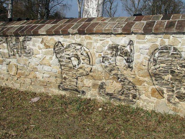 VANDALSTVÍ. Pohled na počmáranou zeď židovského hřbitova v Jindřichově Hradci.