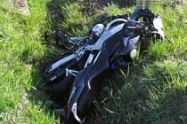 Vrak motorky po nehodě mezi Políknem a Plavskem. Řidič se těžce zranil.