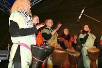 Vánoční nálada při zpívání koled na náměstí v J. Hradci.