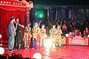 Během představení zazářili školáci jako hvězdy manéže ve světlech ramp.