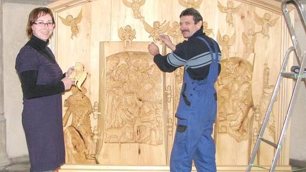 PRACOVNÍCI MUZEA JINDŘICHOHRADECKA v těchto dnech instalují díla jindřichohradeckého amatérského řezbáře Romana Galeka v kostele sv. Jana Křtitele, kde 22. listopadu začne tradiční vánoční výstava. Na snímku Pavla Míchalová a Pavel Cichra.