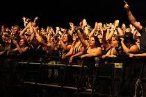 Přijďte na koncert.