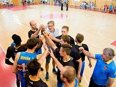 NATĚŠENÍ. Basketbalisté Jindřichova Hradce konečně odložili činky a záhráli si přátelský zápas s Lokomotivou Plzeň.