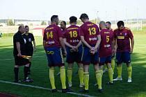 Fotbalisté Nové Bystřice si doma poradili s třeboňským béčkem (v červených dresech) a připsali si vítězství 3:1.