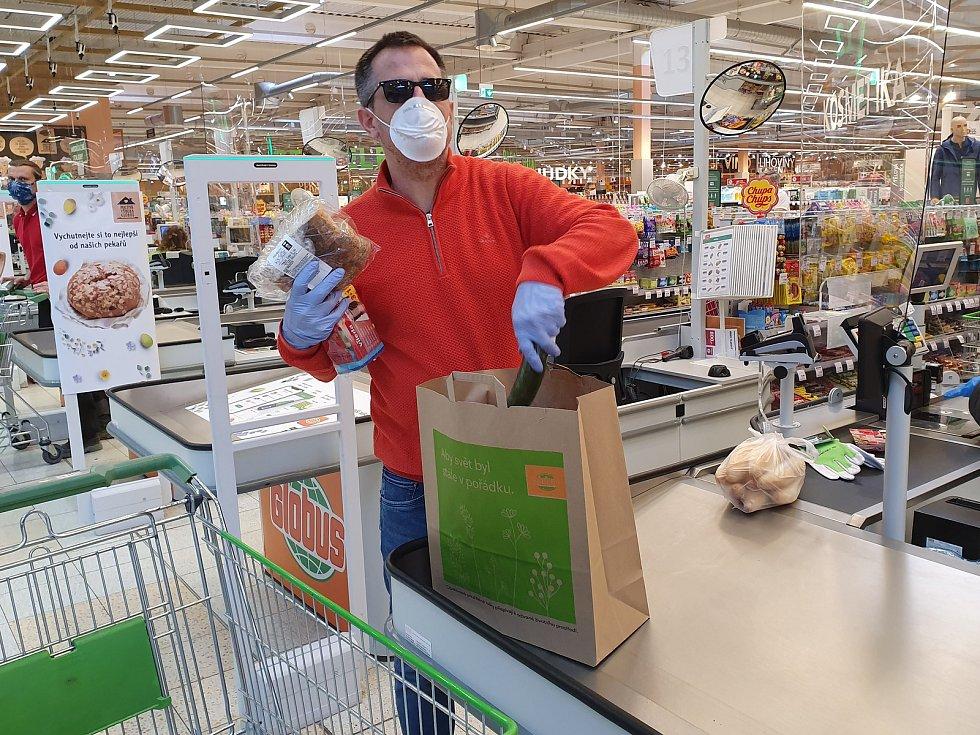Martin Vozábal patří do party lidí kolem českobudějovického Dynama, kteří se zapojili do projektu Jihočeské naděje a v době nouzového stavu a karantény pomáhají seniorům s nákupy.
