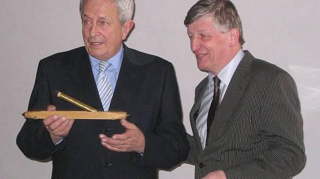 Tkalcovský člunek k ručnímu tkalcovskému stavu se zlatou nití používanou v době baroka obdržel od ministra kultury Václava Riedlbaucha (vpravo) starosta Jindřichova Hradce Karel Matoušek po podpisu dotační smlouvy.