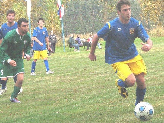 Fotbalisté Klikova na domácí půdě zdolali Český Rudolec 2:0. Na snímku klikovský Jindřich Drábek (vpravo) uniká hostujícímu Petru Měrtlovi.