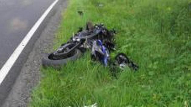 Čelní srážka motorkáře s autem v Albrechticích na Písecku přinesla smrt.