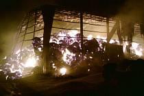 Pohled na plameny, které devastovaly seník v Klenové.
