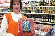 Zákazníci si mohou na vánoční stromeček již nyní pořídit kolekce. Dostatek jich mají i v Jednotě na Masarykově náměstí v Jindřichově Hradci, na snímku prodavačka Pavlína Hurychová.