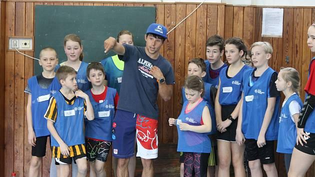 Děti z jindřichohradecké 5. základní školy absolvovaly v rámci projektu Sazka Olympijský víceboj trénink se Šárkou Kašpárkovou a Jiřím Prskavcem už vloni. Na podzim se mohou těšit na další úspěšné olympioniky.