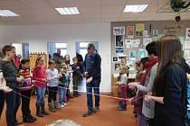 Pravdova knihovna byla při zahájení výstavy Kreativita bez hranic krásně zaplněná.