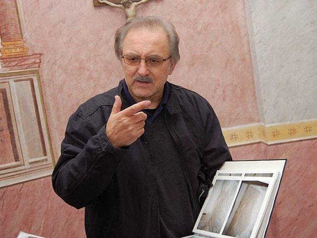 Zrestaurované fresky v nově opravené kapličce v Buku byly pod dvaceti nánosy nátěrů. Restaurátor Tomáš Švéda (na snímku) měl před sebou doslova detektivní práci. Nyní ho čeká obřadní síň ve starobylé radnici v J. Hradci.