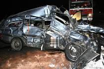 Pohled na zdemolované auto u Cetorazi na Pelhřimovsku, ve kterám zahynuli dva lidé.