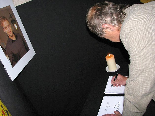 Vzpomínka na Jana Marka. U zimního stadionu vzniklo pietní místo a začala se podepisovat kondolenční kniha.
