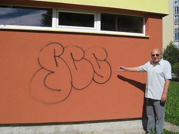 Řádění sprejerů na jindřichohradeckém sídlišti Vajgar. Na snímku zničenou novou fasádu ukazuje Miroslav Šalanda.