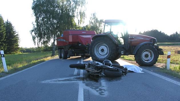 Nepozornost řidiče  za volantem traktoru  měla v neděli večer  u Strmilova za následek smrt protijedoucího motocyklisty a škodu za 35000 korun.