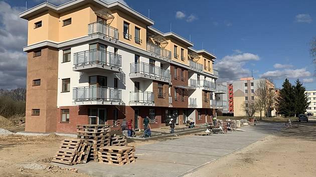 22 moderních bytů čeká na seniory v Suchdole.