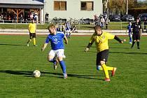 Fotbalisté Nové Bystřice (v modrém) doma nečekaně podlehli Neplachovu a přišli o první místo.