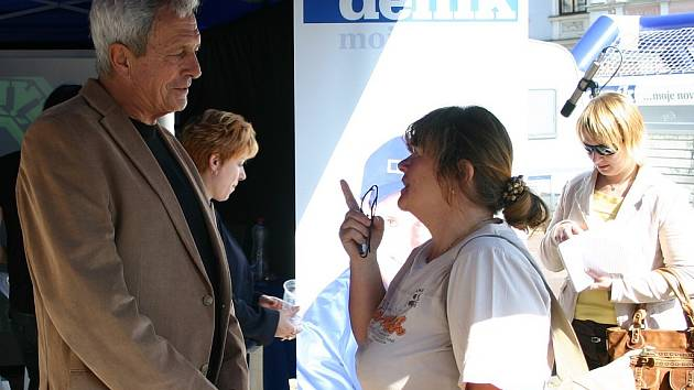 Pro diskusi občanů se starostou J. Hradce Karlem Matouškem posloužila v rámci Dne s Deníkem improvizovaná redakce na náměstí Míru.