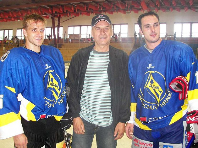Zatímco Jan Marek (vlevo) zahájil v ruské Kontinentální lize v dresu Magnitogorsku play off, Aleš Kotalík (vpravo) o účast ve Stanley Cupu bude bojovat v novém působišti v Edmontonu Oilers. Obě české hvězdy jsou na snímku s trenérem Janem Hanzálkem.