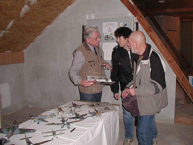 Nové muzeum v Českých Velenicích. Na snímku Karel Laňka (vlevo) vypráví o letectví.