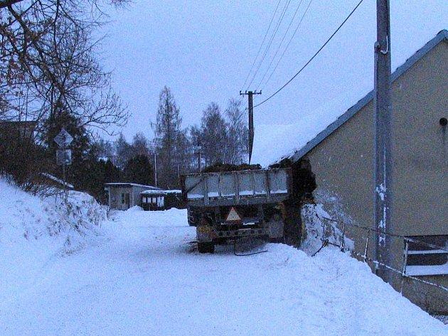 V Kostelní Radouni vlek traktoru narazil do zdi.
