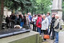 Přátelé starého Jindřichova Hradce u hrobu významné rodačky Adély Volfové.