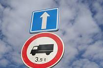 """DOPRAVNÍ ZNAČKY zákaz vjezdu nákladních vozidel v Jindřichově Hradci již doplňuje údaj o hmotnosti. To umožňuje vjezd řidičům dodávek či třeba kombíků, které mají v technickém průkazu zařazení N1, tedy """"nákladní""""."""