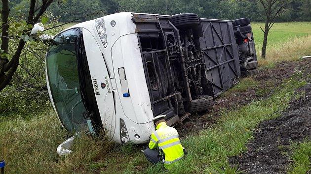 UHorního Bolíkova na Jindřichohradecku boural zájezdový autobus.