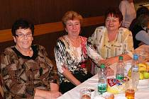 SETKÁNÍ. Dnes již bývalí pracovníci jindřichohradeckého spotřebního družstva Jednota, kteří jsou v důchodu, se každoročně setkávají. Od předsedy družstva Radima Klašky se dozvědí co nového, popovídají si s kolegy a pobaví se.