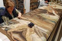 Oprava historického gobelínu Courbette na pravou ruku v jindřichohradeckém Ateliéru tapisérií.