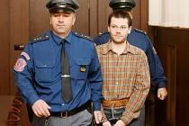 Marek Ulč stanul 3. listopadu před krajským soudem,aby pokračovalo líčení, ve kterém je dvatřicetiletý muž obžalován z pokusu vraždy, když vystřelil z domácky vyrobené zbraně na písecké policisty, který jej pronásledovali při útěku od zatčení.