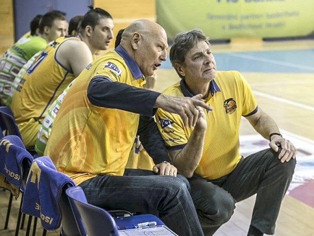 Trenéři hradeckých basketbalistů Karel Forejt (vpravo) a Rudolf Jugo.