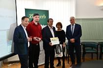 Cenu z krajského kola soutěže Zlatý erb převzal jindřichohradecký starosta Stanislav Mrvka.