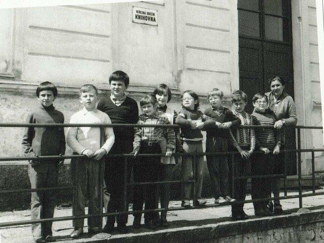 Zaniklá škola v Nové Olešné.Žáci v 70. letech.