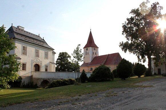 Tvrz a kostel - Pluhův Žďár.