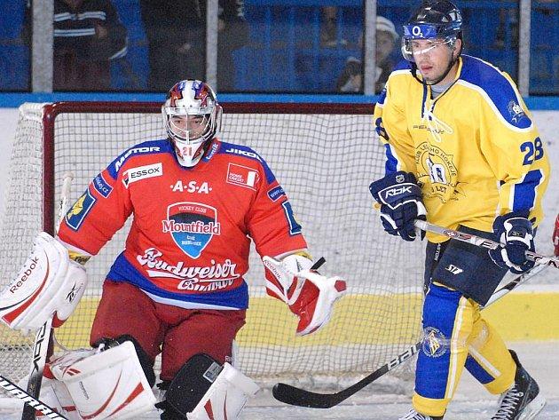 Na snímku Petr Šachl (vpravo, před gólmanem HC Mountfield Kovářem) při letní exhibici, kterou hokejový klub uspořádal v rámci oslav 80 let jindřichohradeckého hokeje.