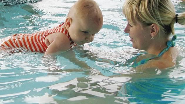 Plavání batolat v bazénu.