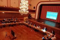 V sále kutlurního domu Střelnice v J. Hradci se uskutečnilo prosincové jednání zastupitelstva.
