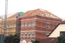 Práce na přístavbě dačické školy v Komenského ulici jsou v plném proudu.