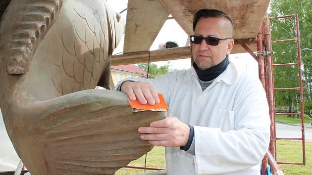Oprava třeboňských kaprů na kruhové křižovatce.