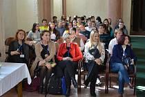 Studenty a učitele zahraničních škol přivítal v kapli sv. Maří Magdaleny starosta Stanislav Mrvka.