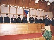 Fakulta managementu v J. Hradci. SLAVNOSTNÍ ZAHÁJENÍ prvního bakalářského studia v Jindřichově Hradci ve  školním roce 1992/93. Ve předu při imatrikulaci stojí děkan českobudějovické Pedagogické fakulty Miroslav Papáček.